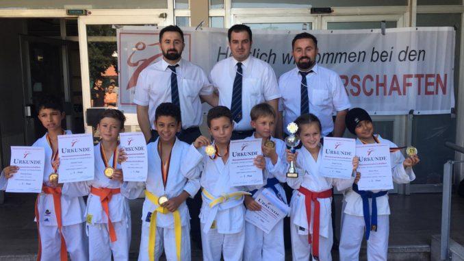 Karate Mannschaft mit Medallien