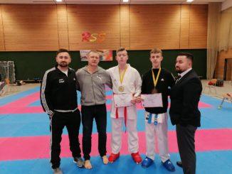 Erfolgreiche Karateka mit ihren Trainern